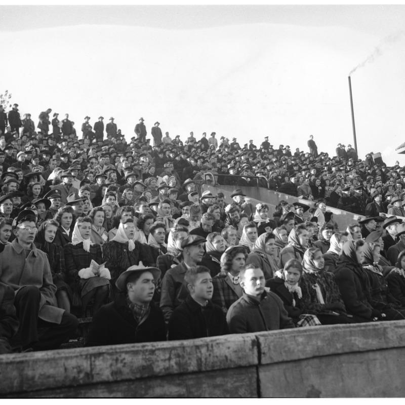 1943 spectators 6782 031442-03.tif